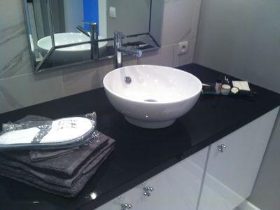 Salle d'eau avec machine à laver sous meuble + sèche-cheveux, fer à lisser,....