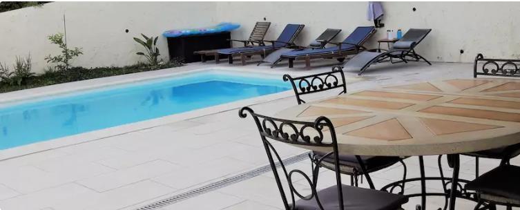 Terrasse couverte face à la piscine