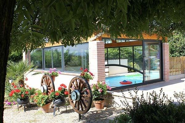 Maison neuve indépendante, de plain pied climatisée proche du village médiéval avec piscine privée couverte chauffée.