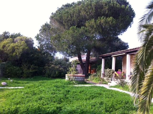 Villa avec jardin arboré et accès plages par sentier .