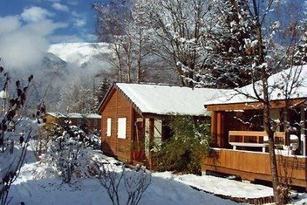 """Le """"Hameau des Chalets fleuris"""" : 10 chalets tout confort, 35 m² plus terrasse. Ambiance montagne."""