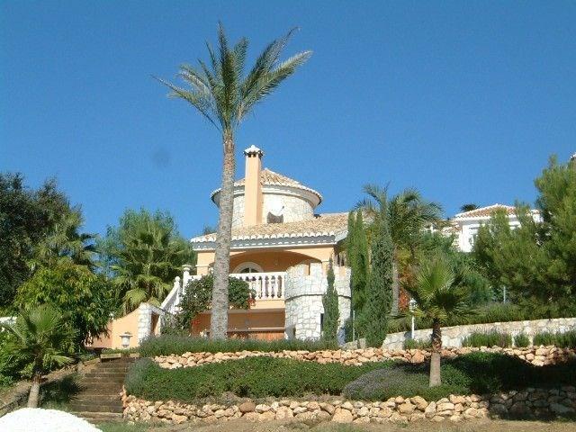 Casa Alexandro est une belle maison de vacances, située au calme dans un quartier résidentiel à côté de Marbella (Mij...