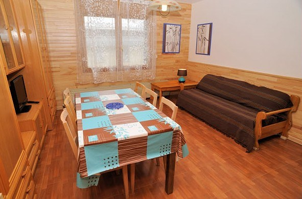 Appartement F2/cabine - 46 m² - 6 personnes - catégorie 5 - pieds des pistes - vue sur rue.