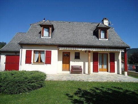 maison individuelle avec jardin clôturé, cheminée