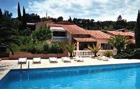 Studio dans un ensemble de plusieurs locations saisonnières avec grande piscine commune.