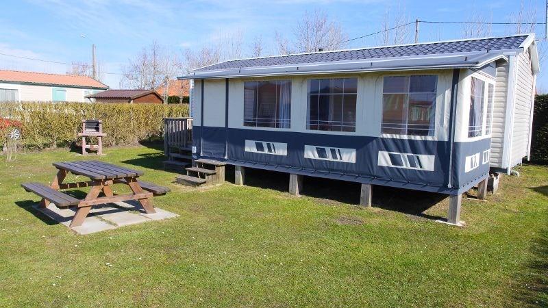 Mobil-home avec auvent sur la terrasse, 4 chambres et 2 salles d'eau location idéale pour 8 personnes