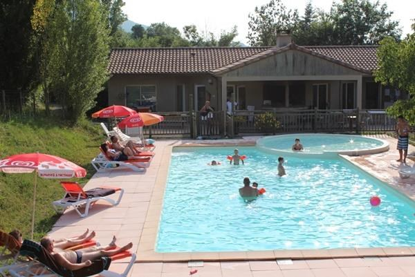 Piscine et reception du village de chalets