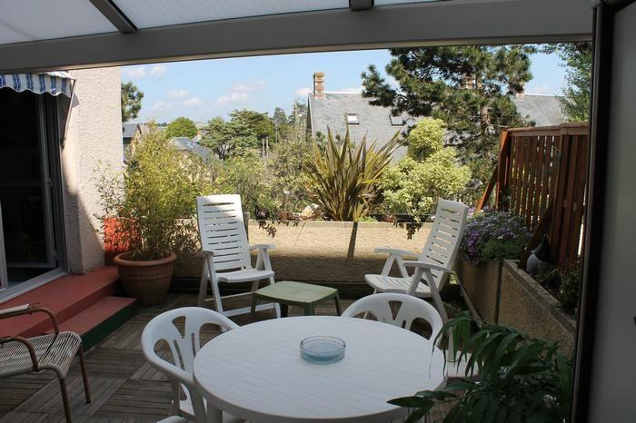 Terrasse 20m2 avec coin repas et chaises longues
