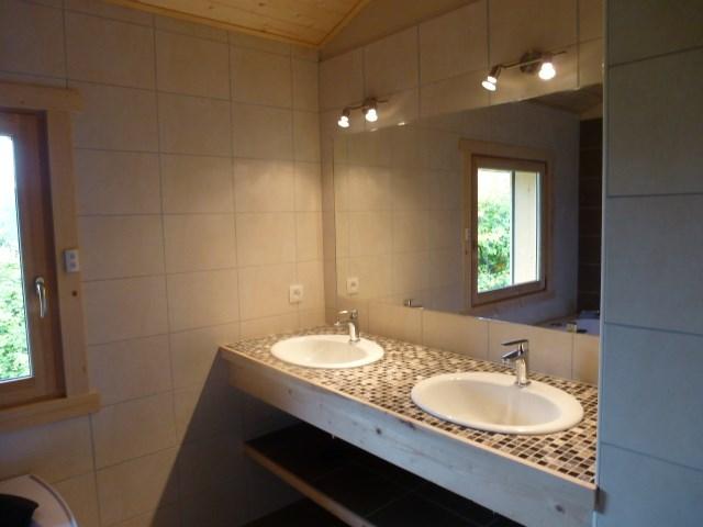 salle de bain avec double vasque