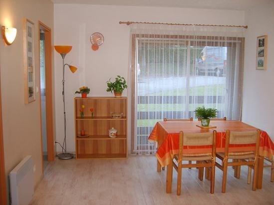 Appartement TRES CLAIR avec BALCON et PARKING PRIVE dans résidence calme et agréable.