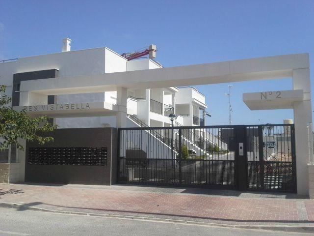 Nieuw appartement in een complex met zwembaden met parking
