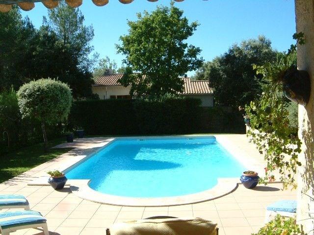 Le Bosquet est une maison de vacances typiquement provençale, située dans le beau village de Sain...