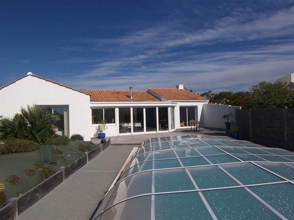 Maison de type 4 avec une piscine.
