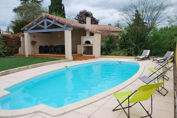 Salon d'été au bord de la piscine