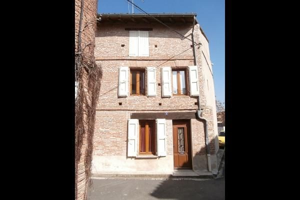 Située au cœur historique de Rabastens, dans un quartier calme, maison de ville pouvant accueillir 4 personnes. 2 cha...