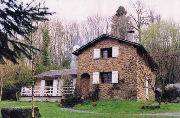 Maison en pierres sur 2 niveaux, indépendante au cœur du plateau granitique dans le Parc Régional du Haut Languedoc.