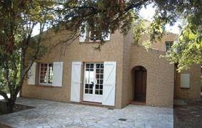 Maison individuelle typiquement provençale, au cœur de la Provence verte, entourée d'oliviers et de chênes verts sur ...
