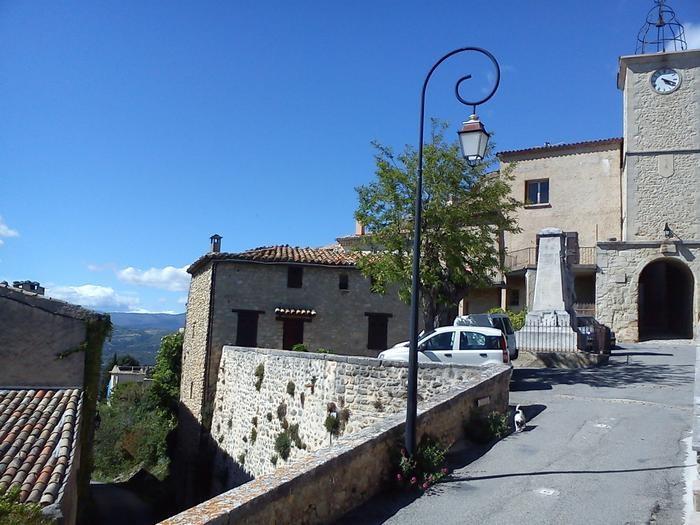 entrée vue de la ruelle du village de Lurs