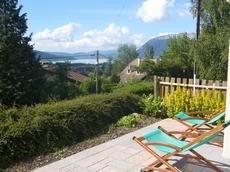 Vue sur le lac d'Annecy et les montagnes