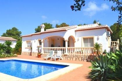 Belle villa de plain pied située à Javea et profitant de sa piscine privée.