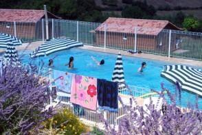 Vue partielle des chalets et de la piscine