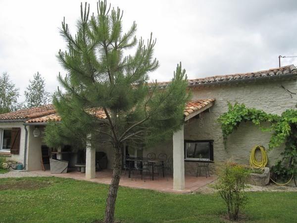 Maison de pays restaurée, indépendante en bordure d'une route communale à 3 km du village médiéval de Lautrec avec pi...