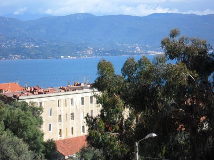 Vue de la mer depuis le balcon est