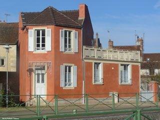 Le Gîte du Perthuis à Clamecy, est idéalement situé : au bord du Canal du Nivernais et de la rivière Yonne, au pied d...