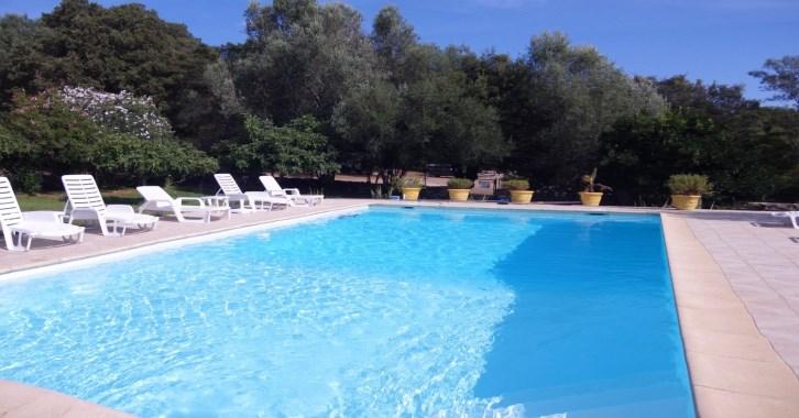 F2 avec jardin dans domaine avec piscine chauffée