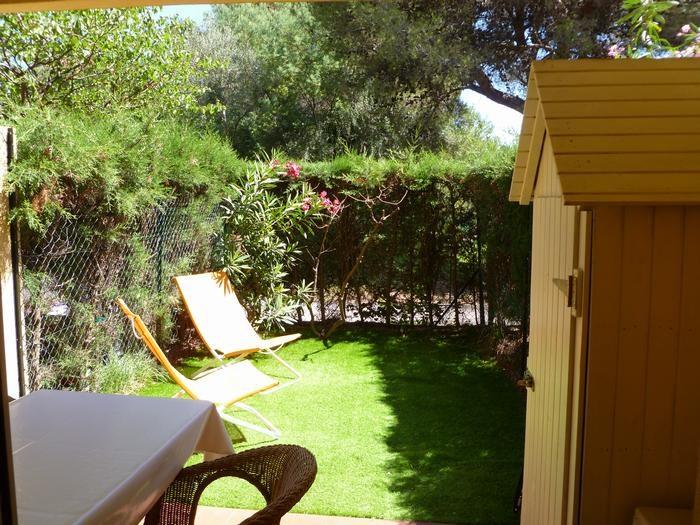 Jardin avec gazon synthétique