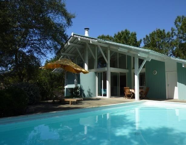 Villa contemporaine sur plusieurs niveaux, avec piscine, située sur un terrain pentu d'environ 1600 m². Cette maison ...