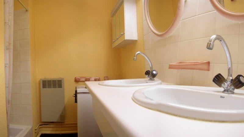 salle d'eau (douche + 2 lavabos)
