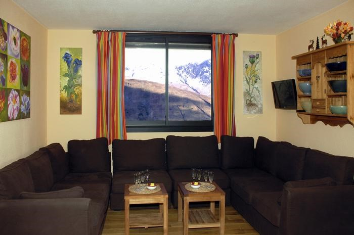 Grand salon avec vue panoramique sur la montagne