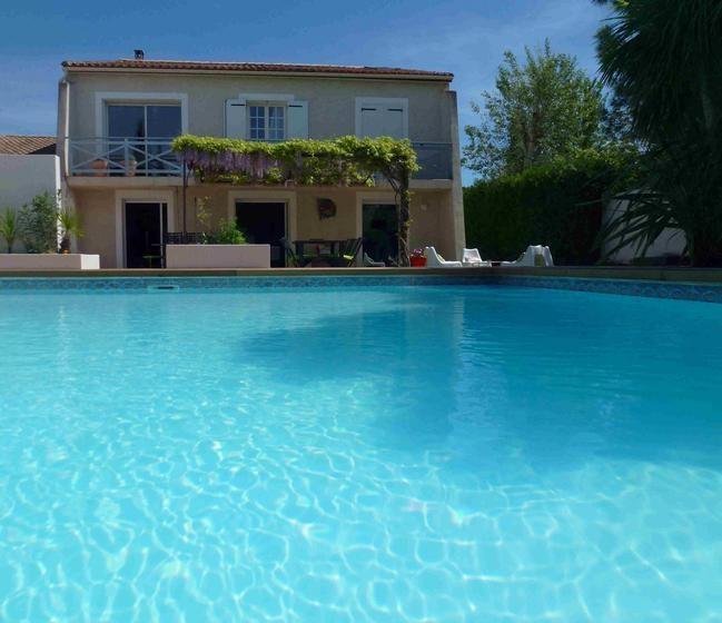 La piscine, la villa et une terrasse