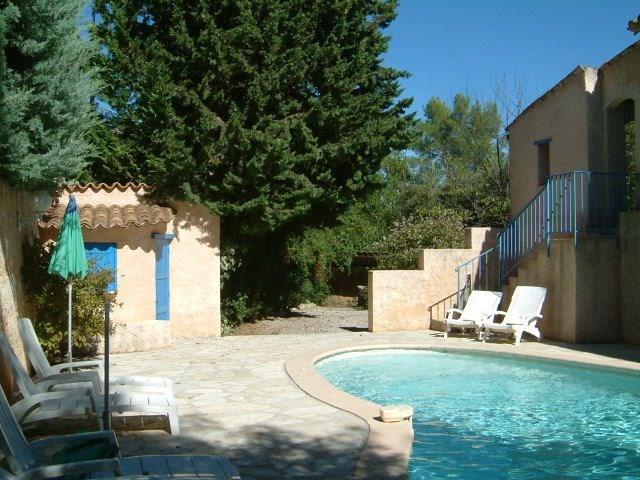 Ravissante villa typiquement provençale située près de Lorgues sur un terrain de 1500m² et dotée d'une agréable pisci...