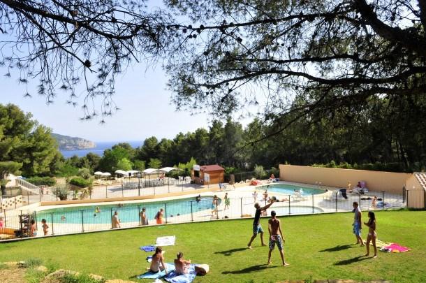 Location vacances Saint-Cyr-sur-Mer -  Maison - 6 personnes - Salon de jardin - Photo N° 1