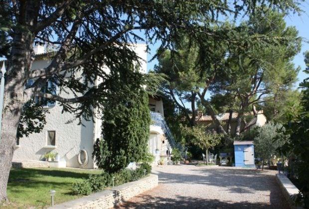 Dotti est une ravissante villa avec piscine privée, située à 800 m du centre ville de Chateaurenard.