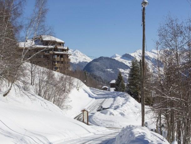 Au pied des pistes de Valmorel avec retour skieur et vue à 180