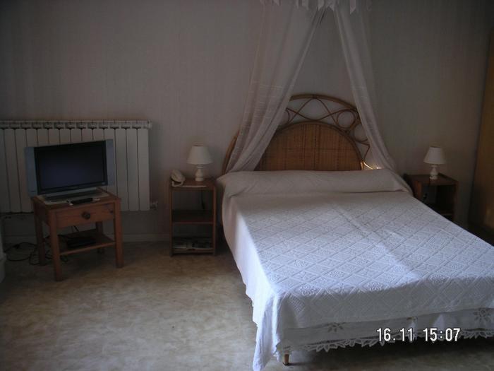 salon avec grand lit 2 places