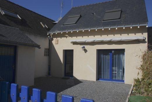 Maison possédant une cour fermée.