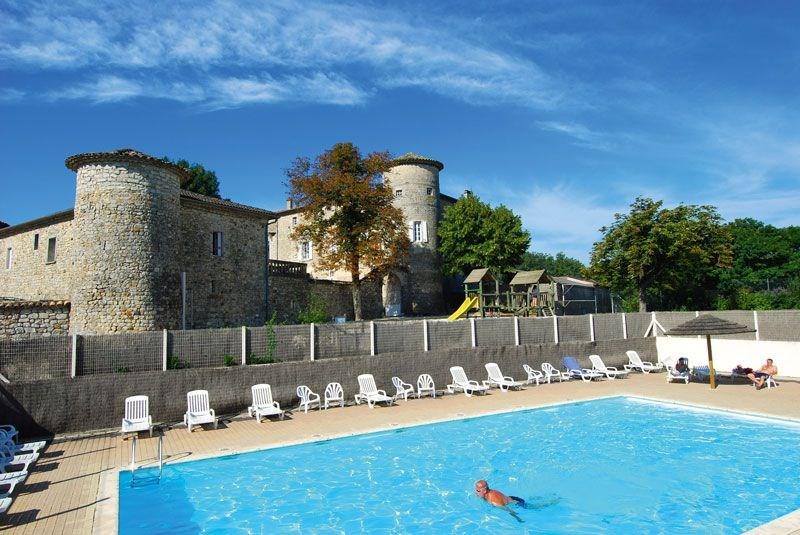 Ce gîte 6/8 pers de plain-pied est construit en pierres grises d'Ardèche, il se situe vers la mini-ferme et la piscin...