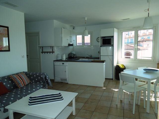 Agréable appartement deuxième et dernier étage d'une résidence située à la plage centrale.