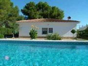 Agréable villa de plein pieds, située dans l'urbanisation Las Tres Calas, à 3,5 km de la mer et à 4 km d'Ametlla de Mar.