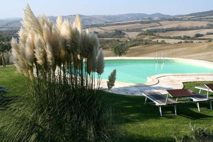 Podere Belvedere est une très belle et grande maison de campagne construite en pierre du pays et située au cœur du Va...