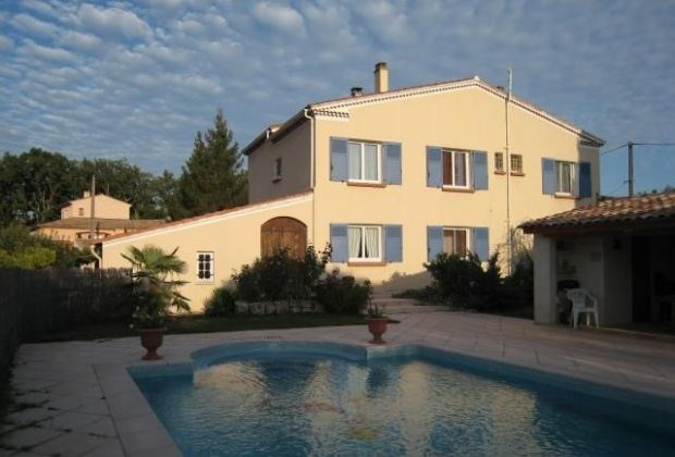 Les Hirondelles is a ground-floor holidayhouse, situated near the picturesque medieval village ...
