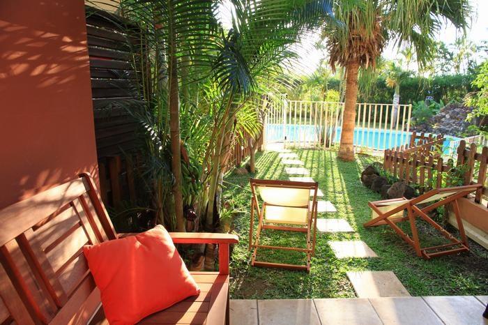 Terrasse et jardin avec vue sur la piscine