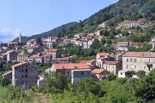 le village de Lévie l'été