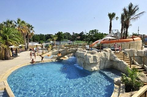 Proche de la plage, du port et du centre ville, un village animé avec 3 piscines !