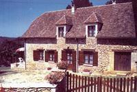 Maison en pierre rénovée avec piscine.