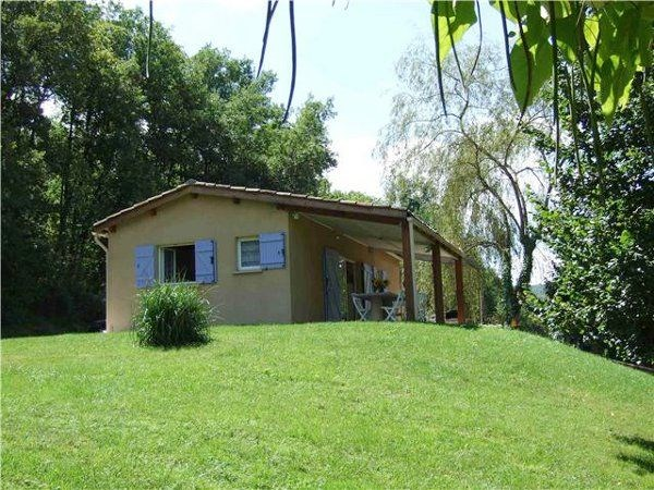 Dans un cadre de verdure dans la vallée de l'Aveyron, maison indépendante rénovée et bien équipée.